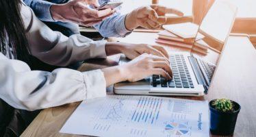 Retenção de Clientes - Taxas de Churn e Upsell